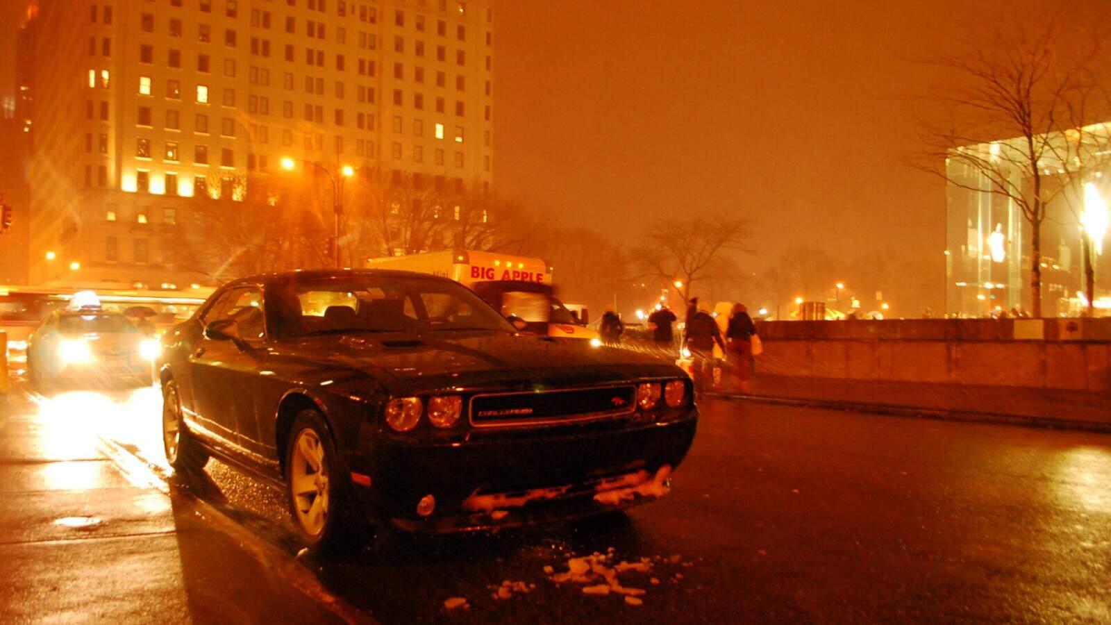 Dodge challenger v noci pred hotelem v new yorku