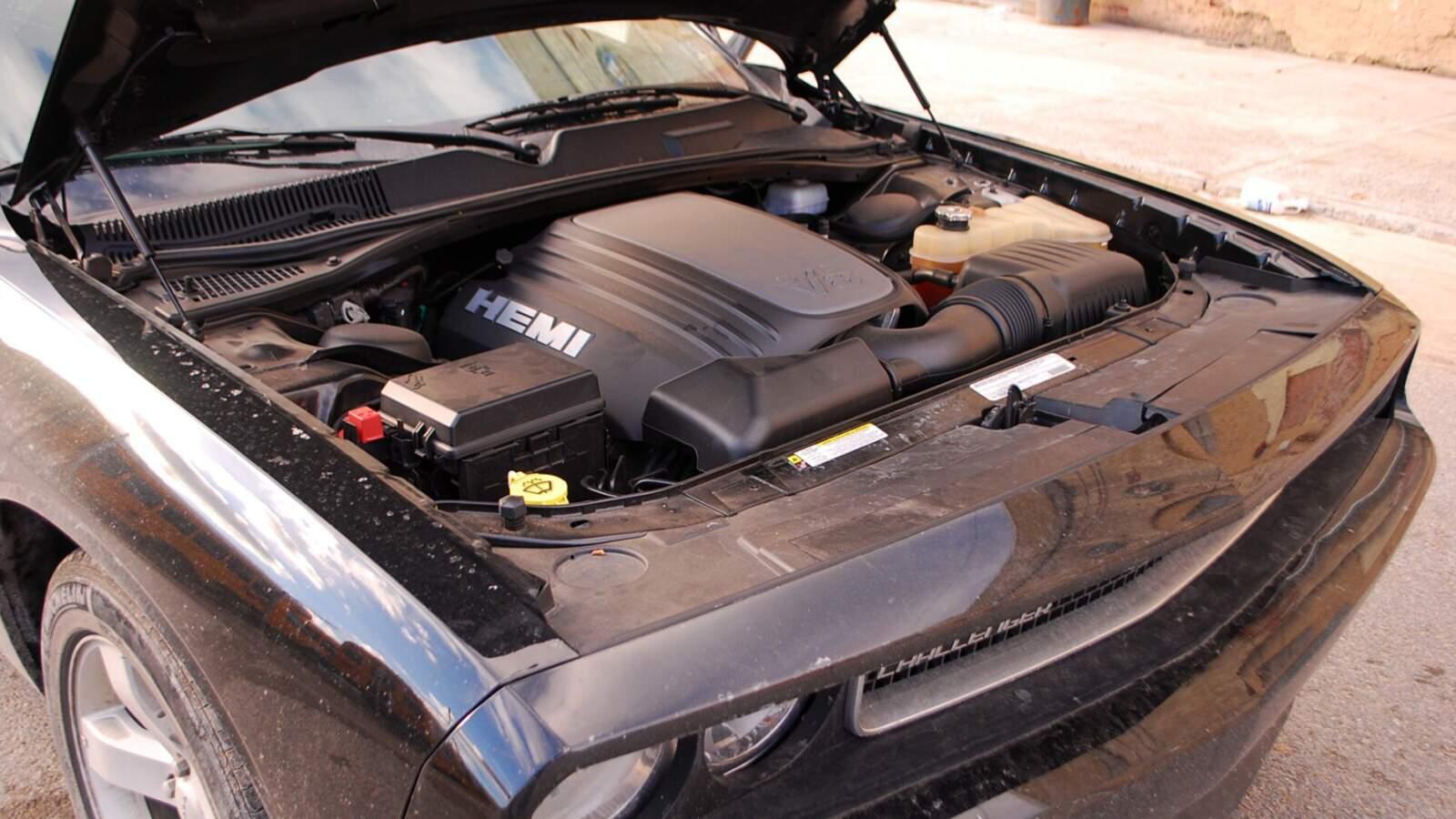 Dodge Challenger RT V8 - motorový prostor