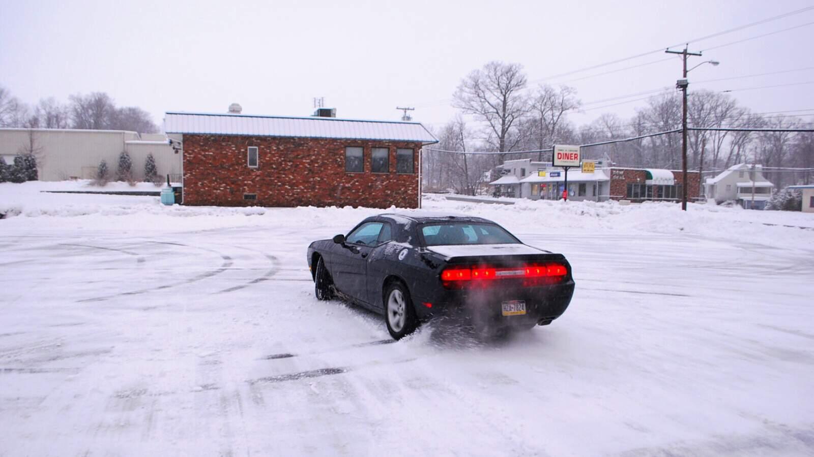 Dodge Challenger RT na sněhu v driftu