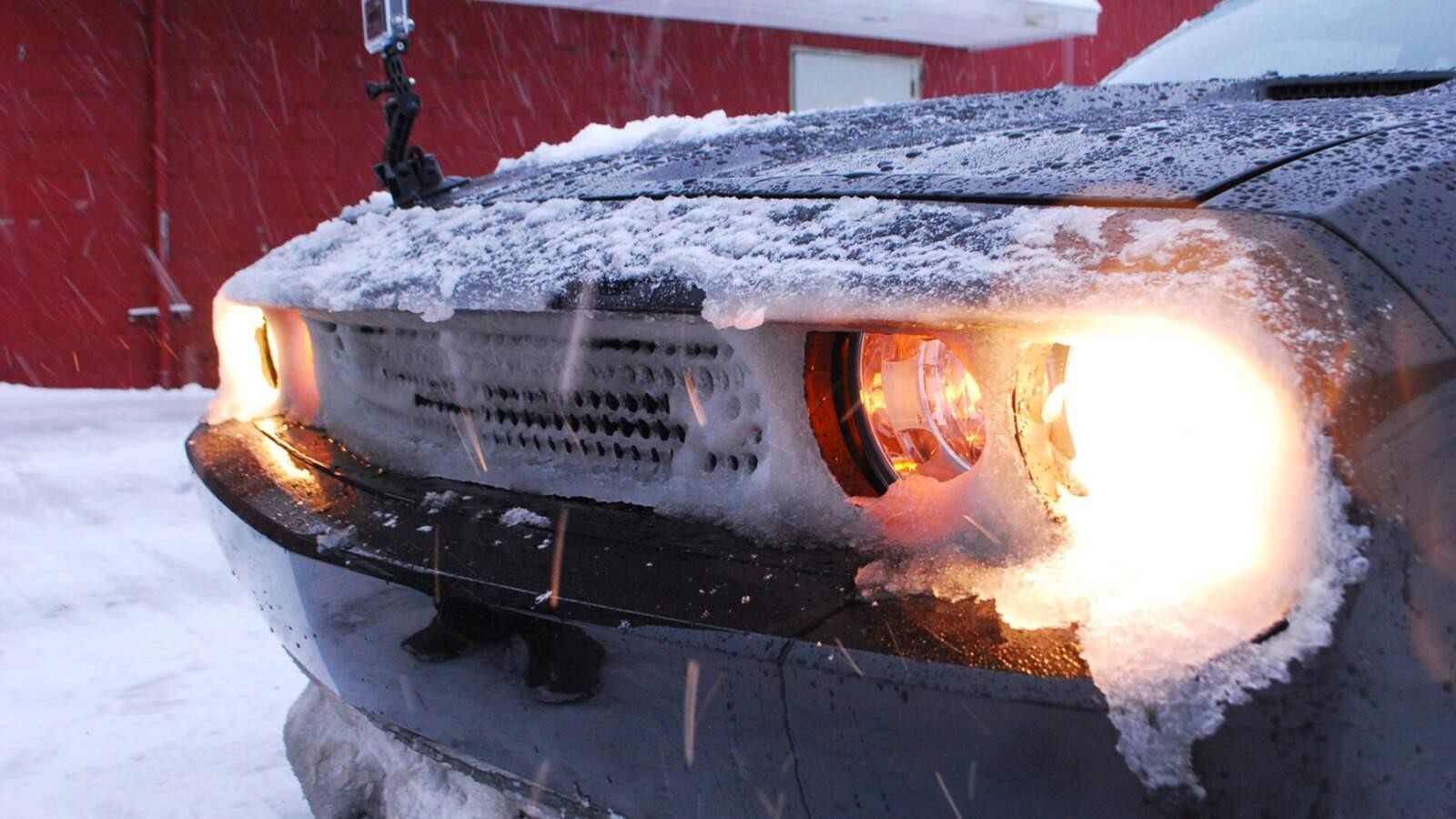 zasněžený předek vozu Dodge Challenger RT