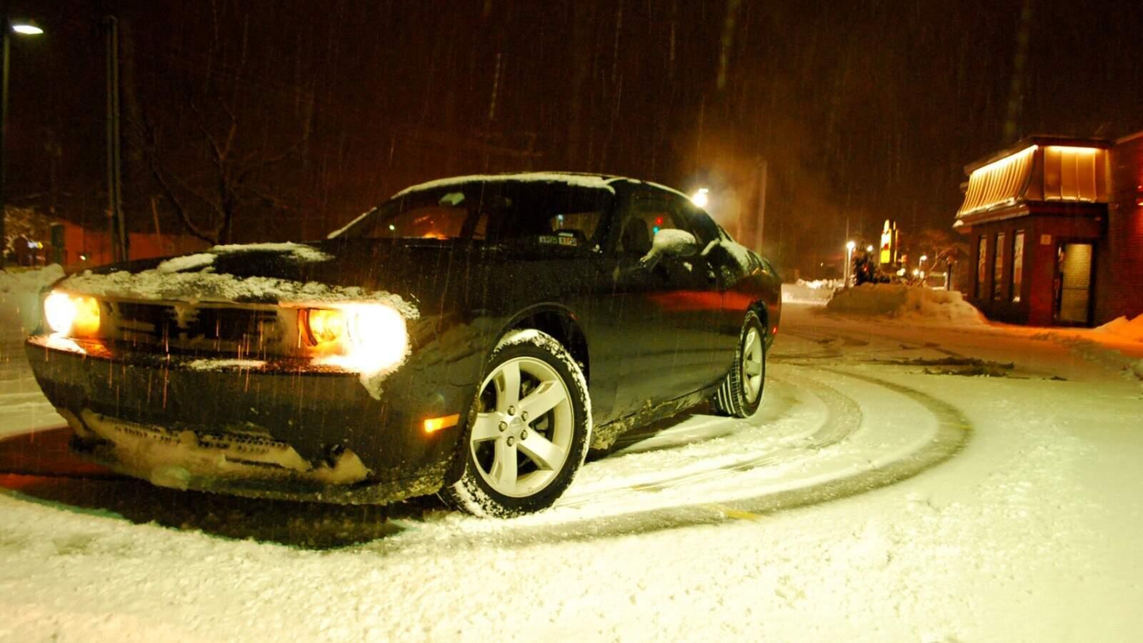 Dodge Challenger RT na sněhu