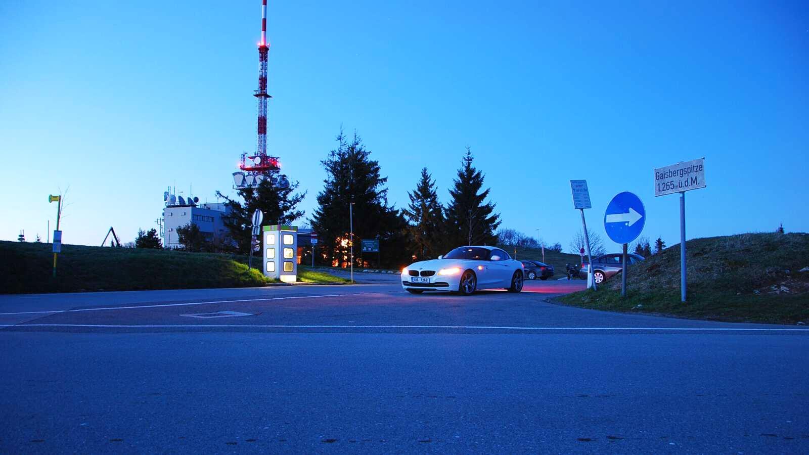 BMW Z4 v noci na kopci nad Salzburgem