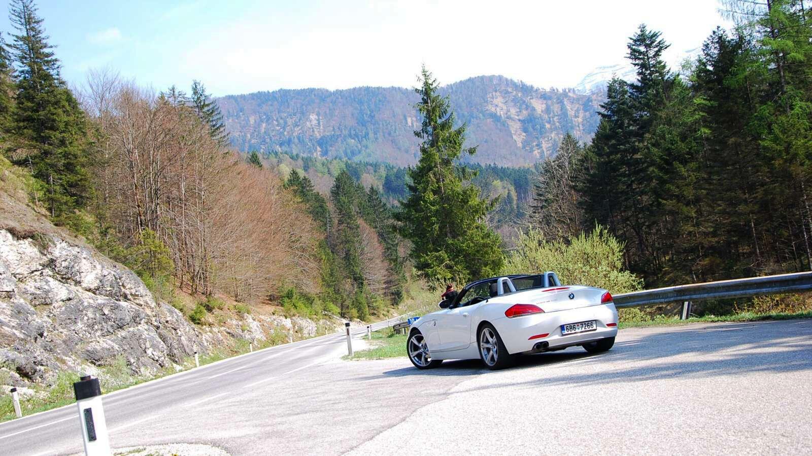 Krásná silnice lesem s BMW Z4