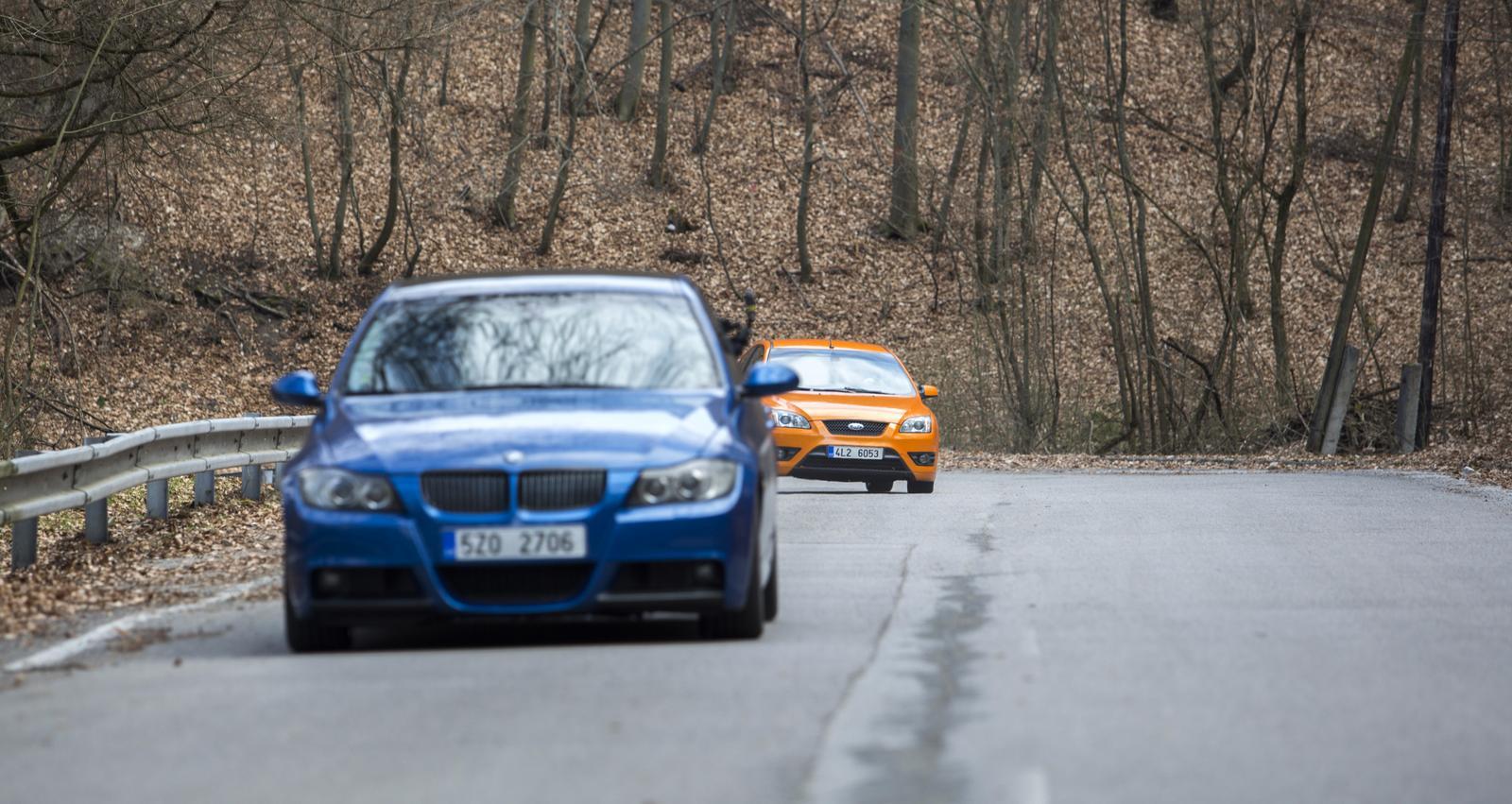 BMW 330i a Ford Focus ST se nahání