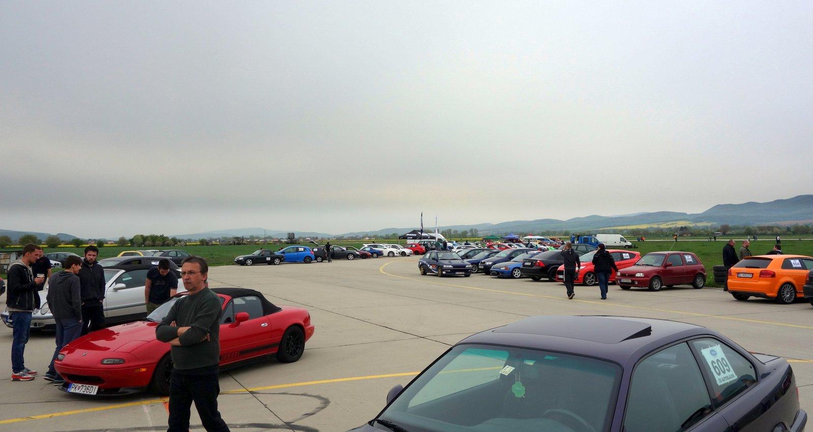 parkoviště s auty