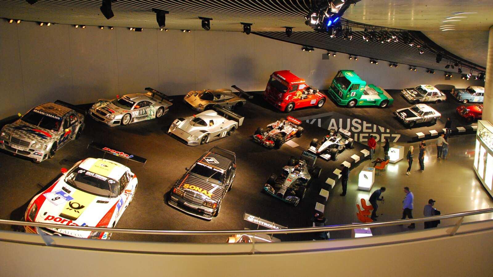 Pohled na řadu závodních mercedesů