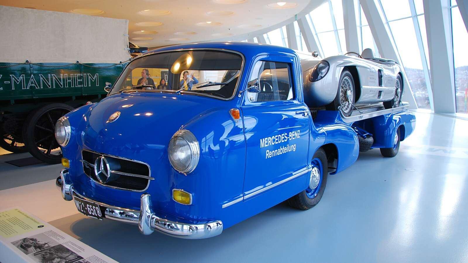 Starší závodní mercedes na korbě tahače mercedes