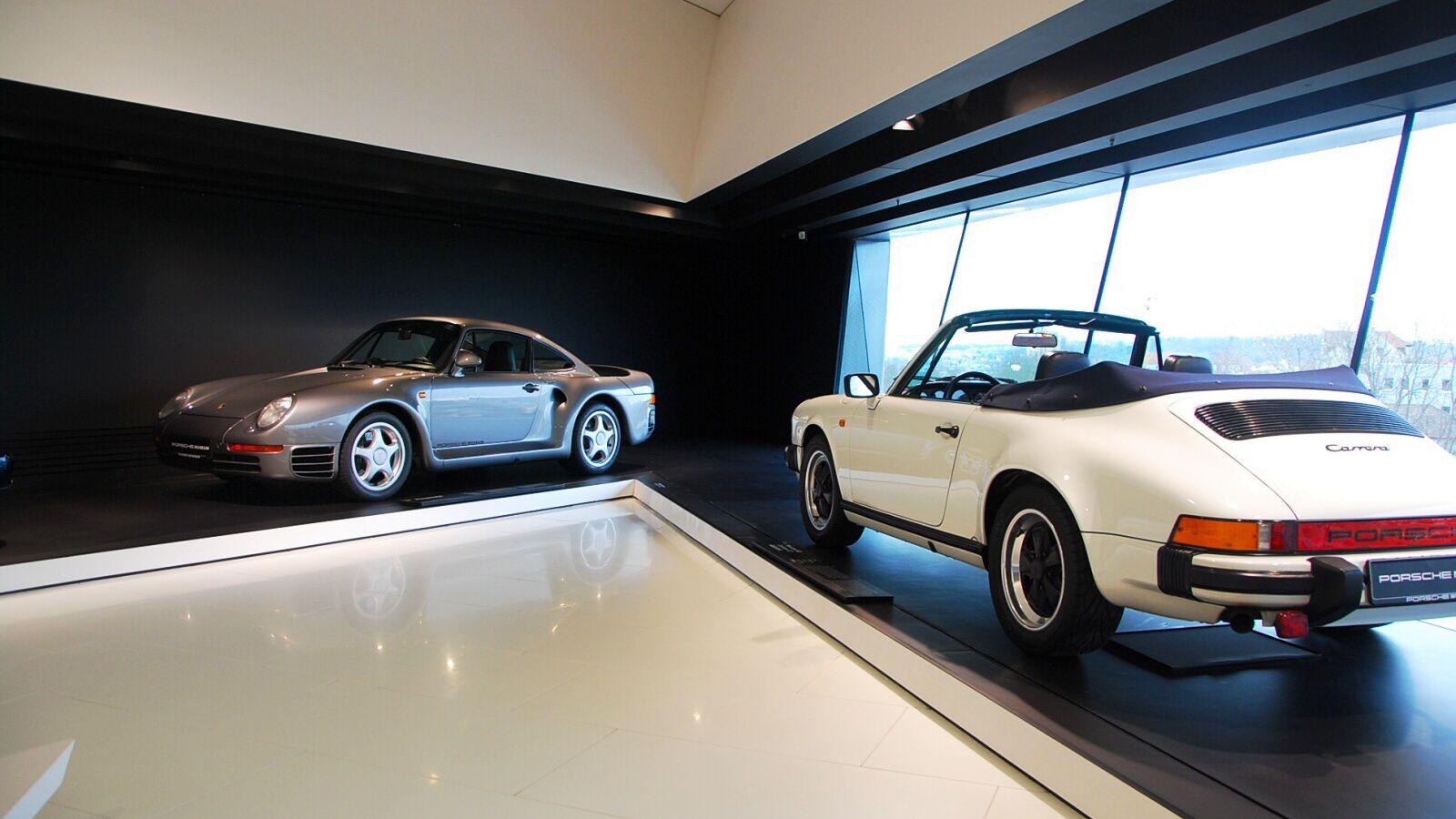 Porsche 959 a 911 Carrera Cabrio v budově mueza