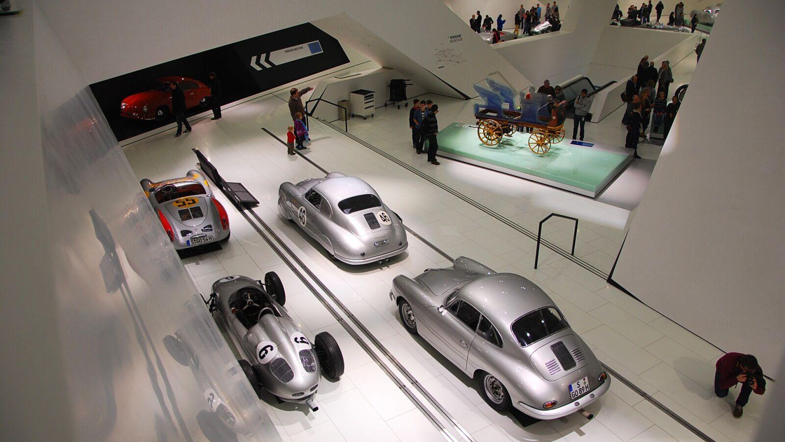 Historické závodní vozy v budově muzea
