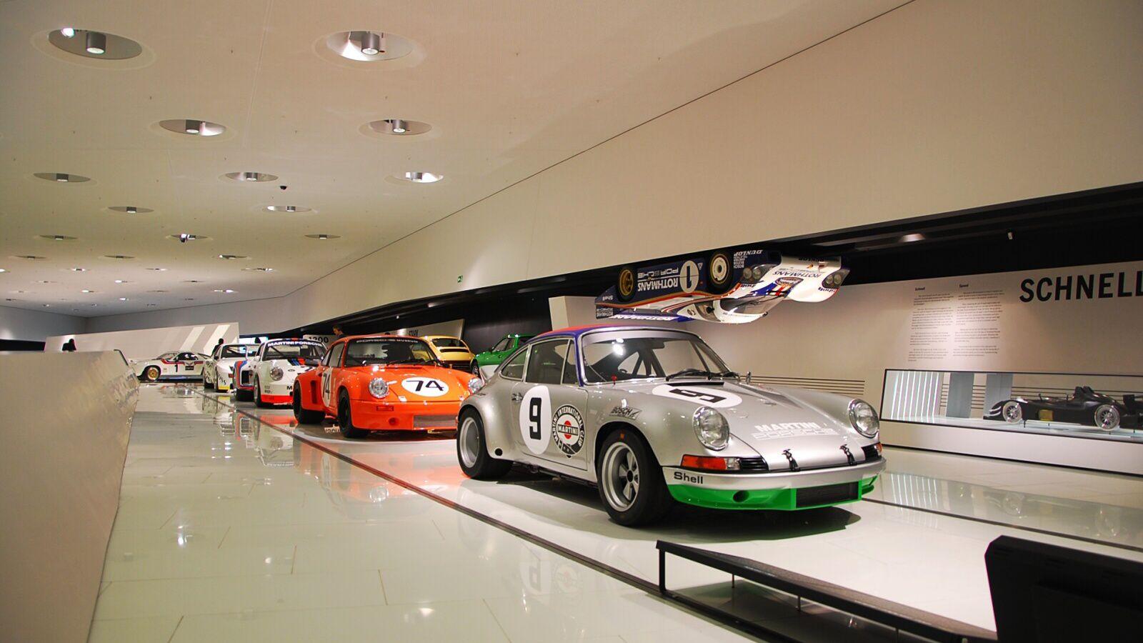 Několik závodních vozů 911 v řadě