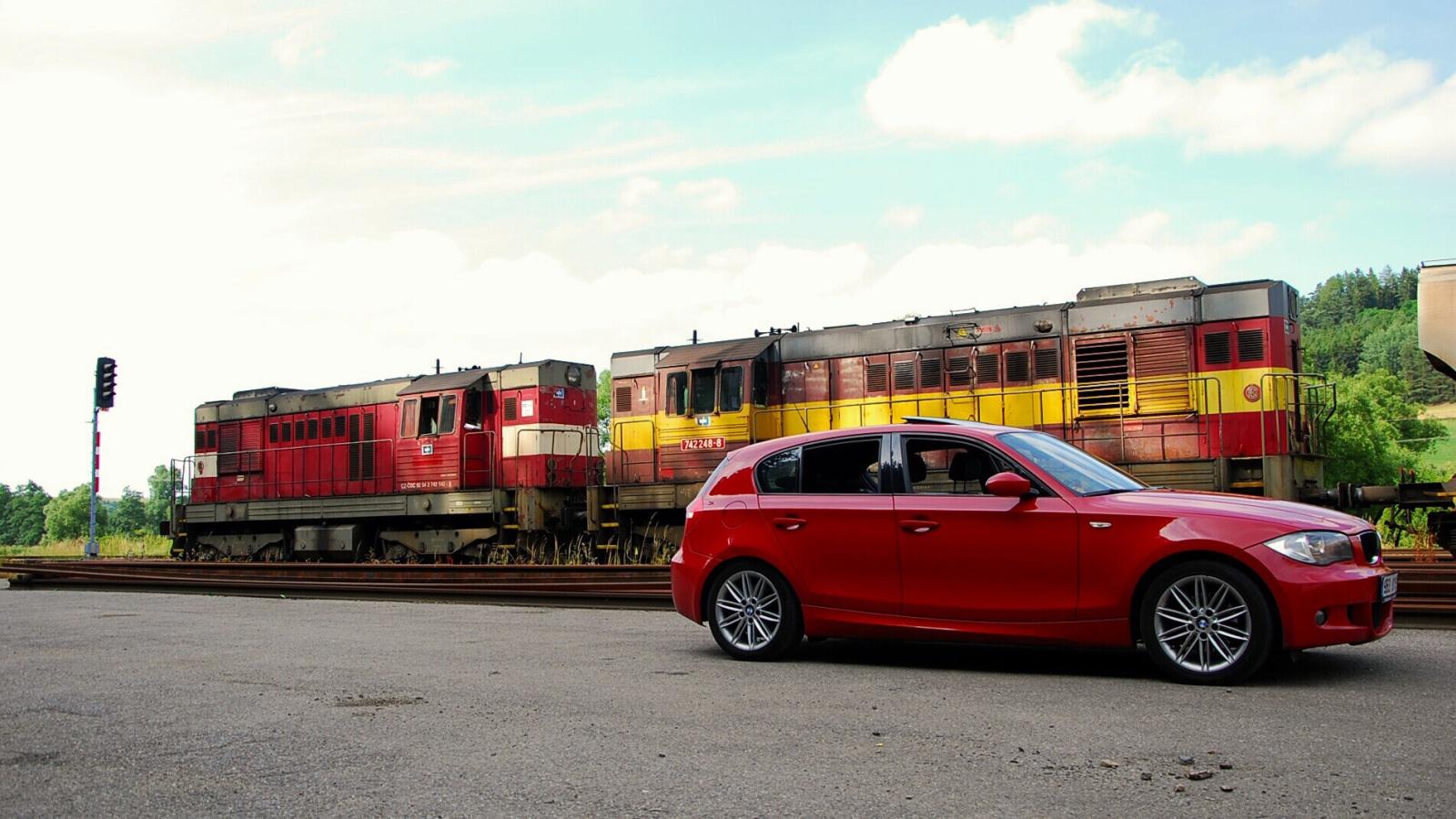 Červené BMW 120d E87 u dvou dieselových lokomotiv