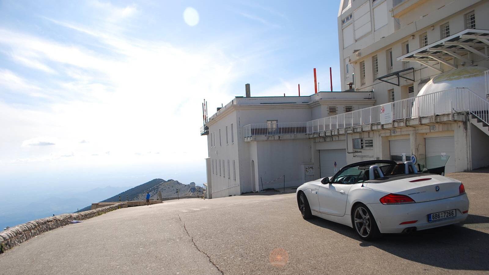 bmw z4 na vrcholu Mont Ventoux