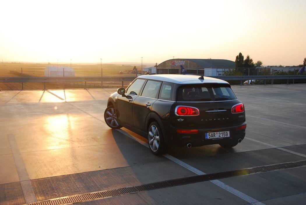 Mini Cooper SD Clubman se západem slunce u letiště