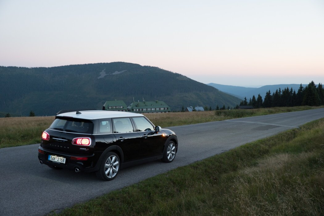 Mini Cooper SD Clubman se západem slunce v horách