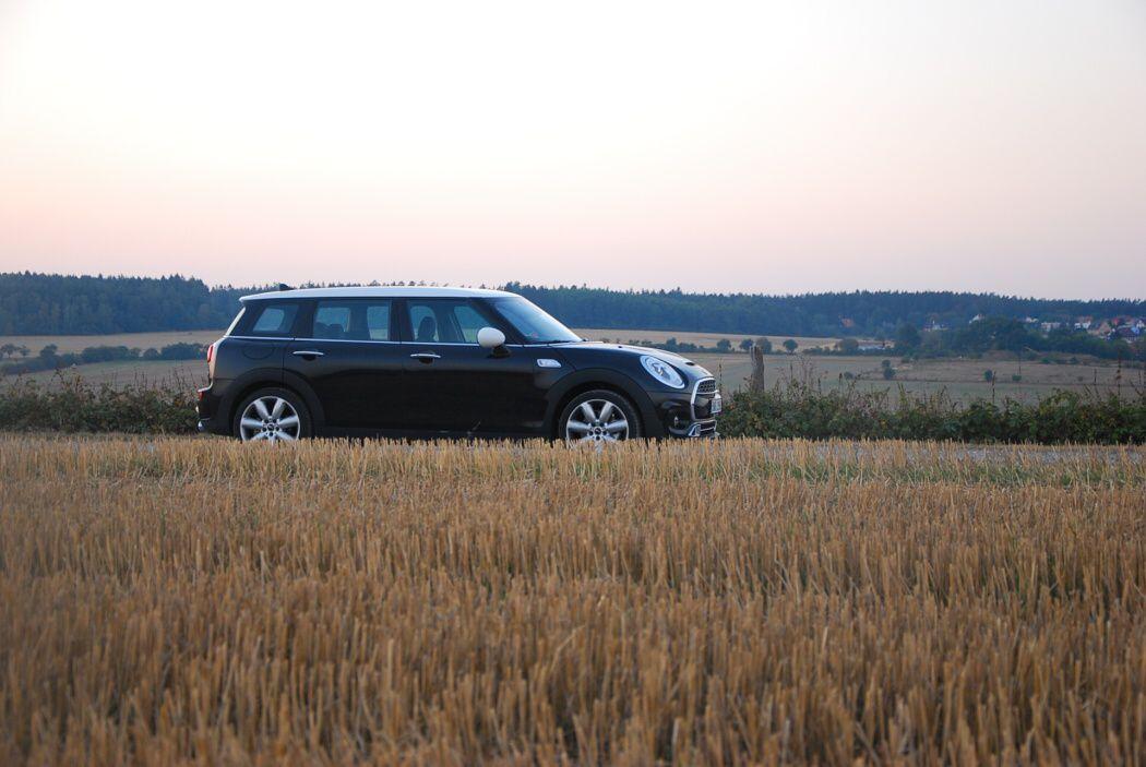 Mini Cooper SD Clubman v polích středočeského kraje