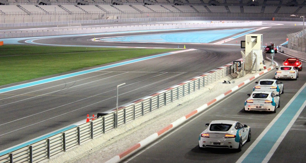 Několik vozů Aston Martin Vantage GT4 na okruhu Yas Marina