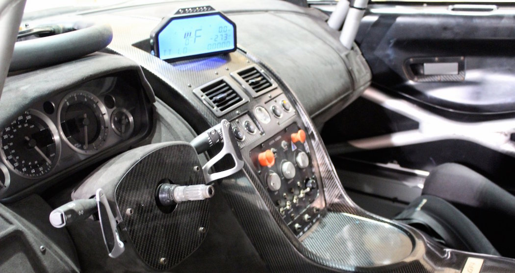 Interieru vozu Aston Martin Vantage GT4 v Yas Marina