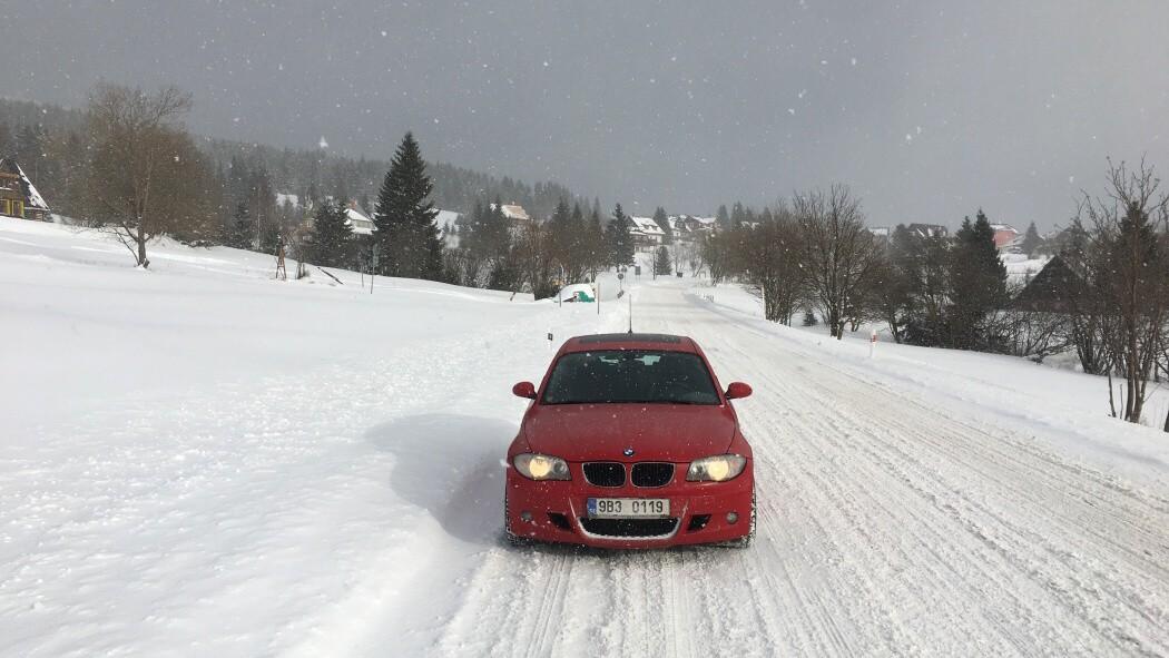 červené BMW 120d na sněhu
