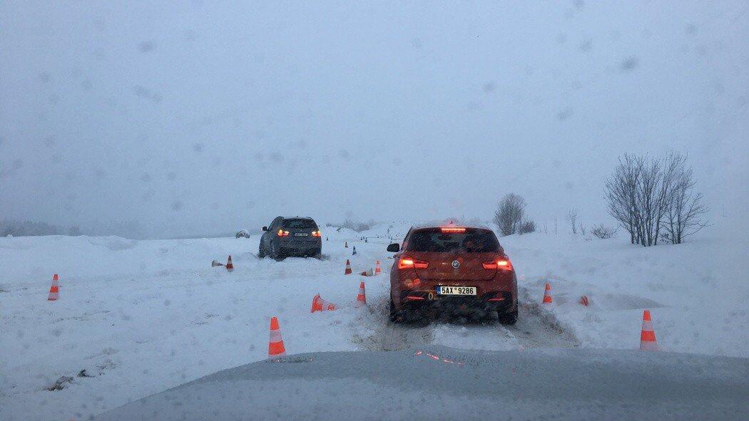 oranžové BMW 1 ve sněhu
