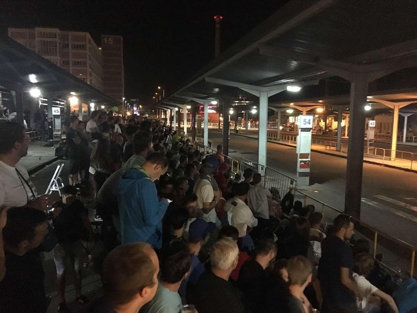 Autobusové nádraží ve Zlíně v obležení fanoušků