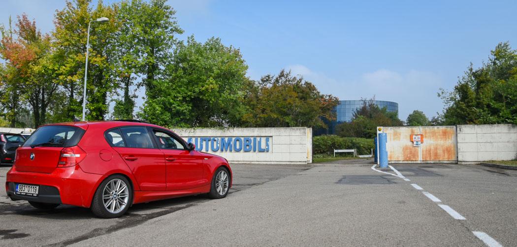 bmw řady 1 zaparkované před vchidem do bývalé továrny bugatti v Itálii