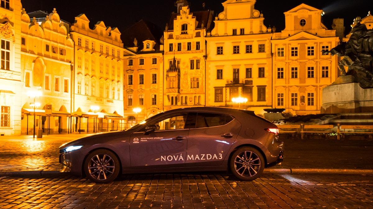 Mazda 3 zboku v noční Praze