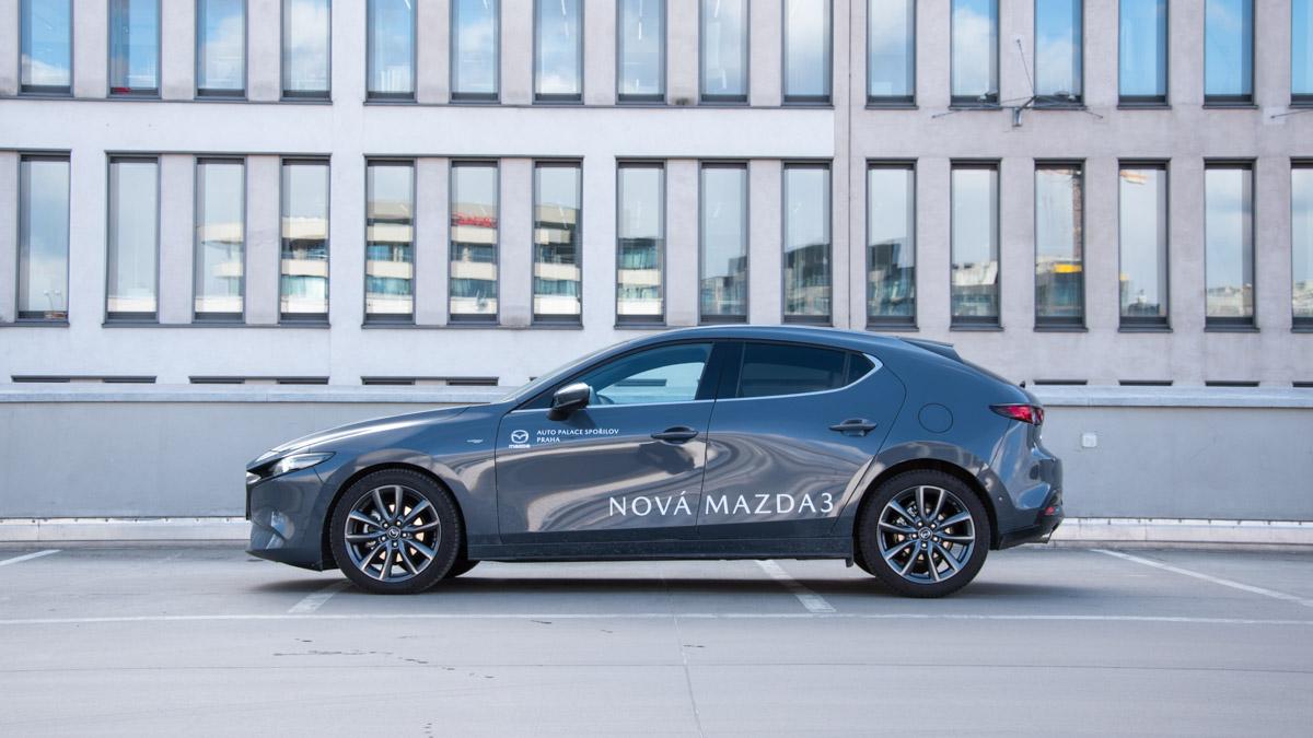 Mazda 3 šedá zboku