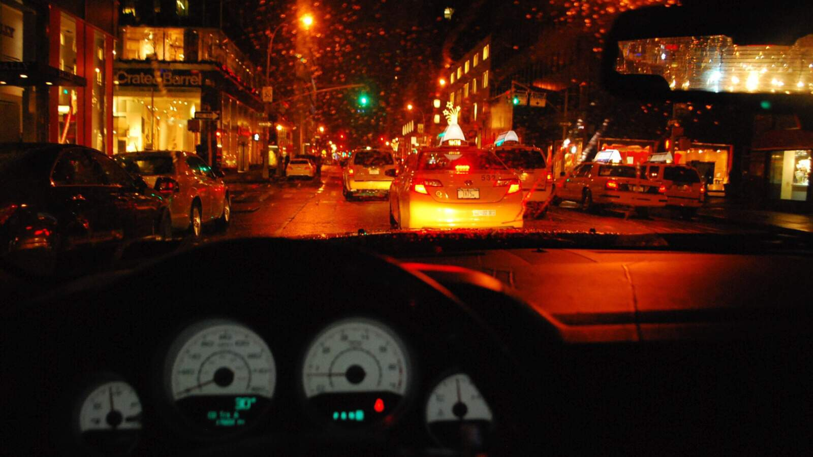 Noční New York z pohledu za volantem