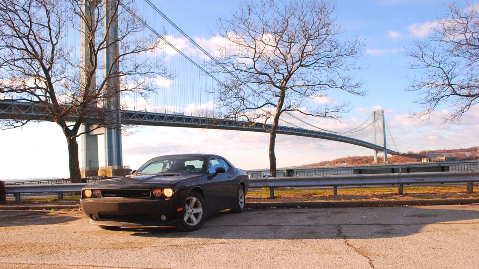 Dodge challenger pred jednim z New Yorksých mostů