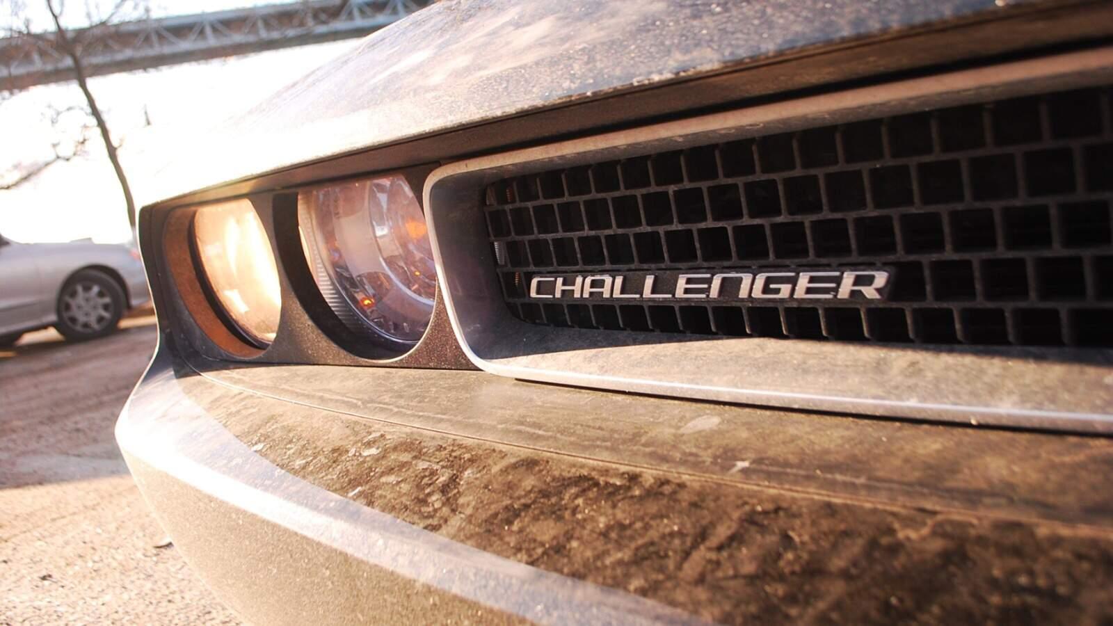 Detail na přední světlo Dodge Challenger