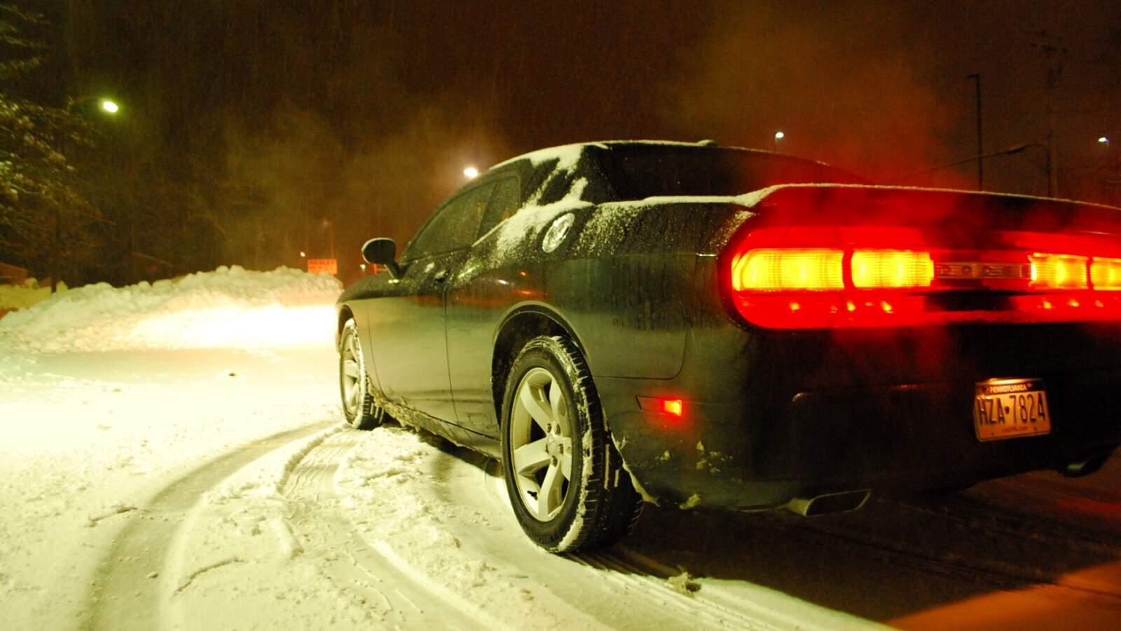 Dodge Challenger RT na sněhu v noci
