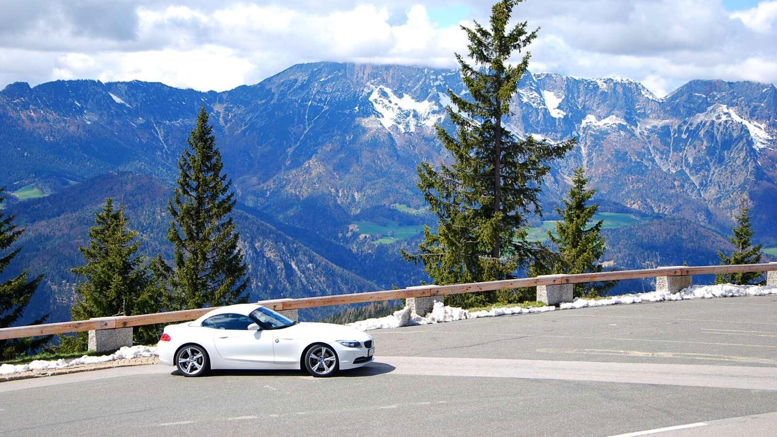BMW Z4 zaparkovaná na hřebenu hory