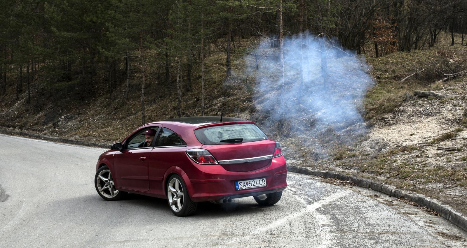 Opel Asra GTC Turbo a kouř z výfuku