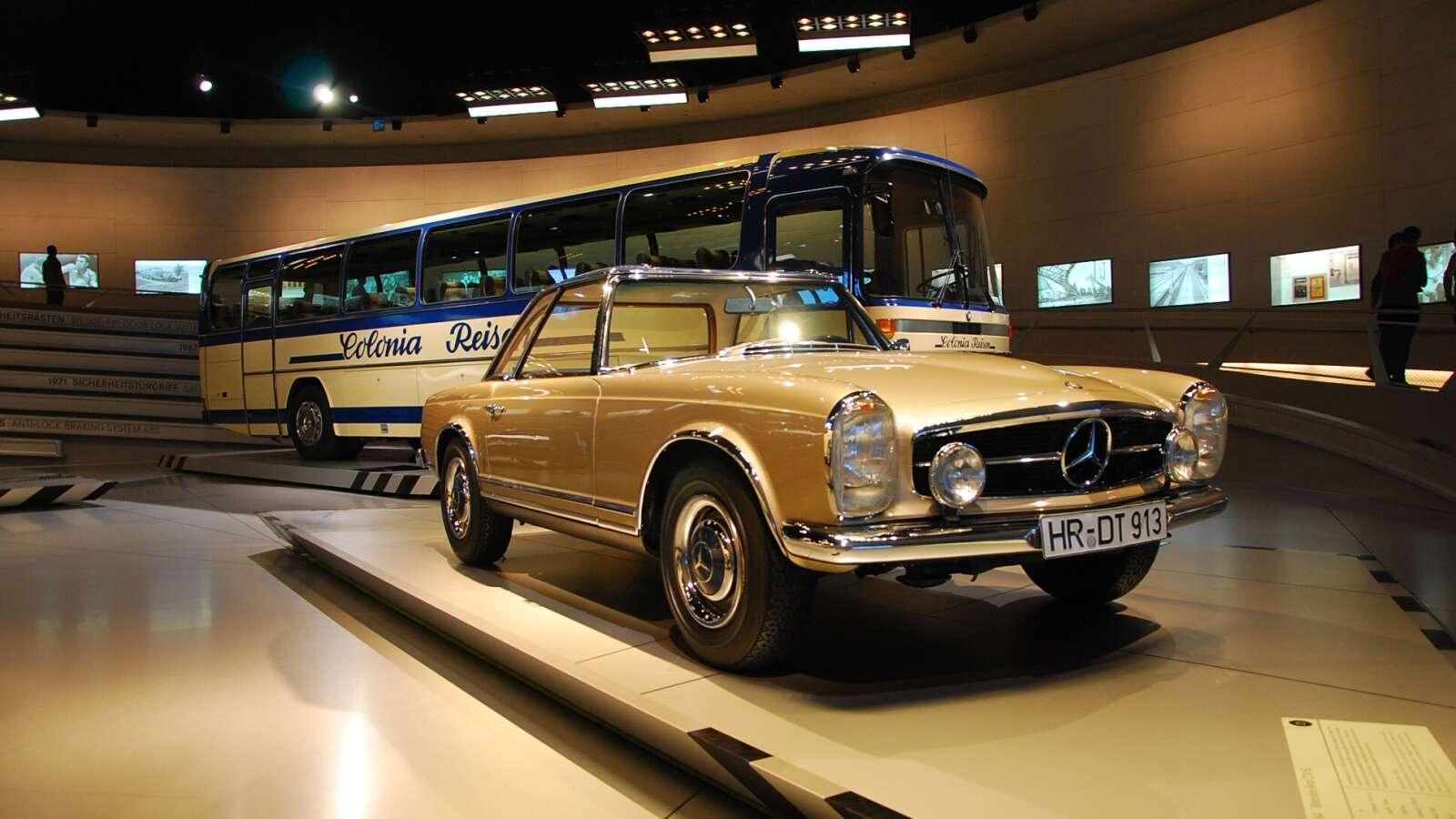 Starší Mercedes SL a autobus