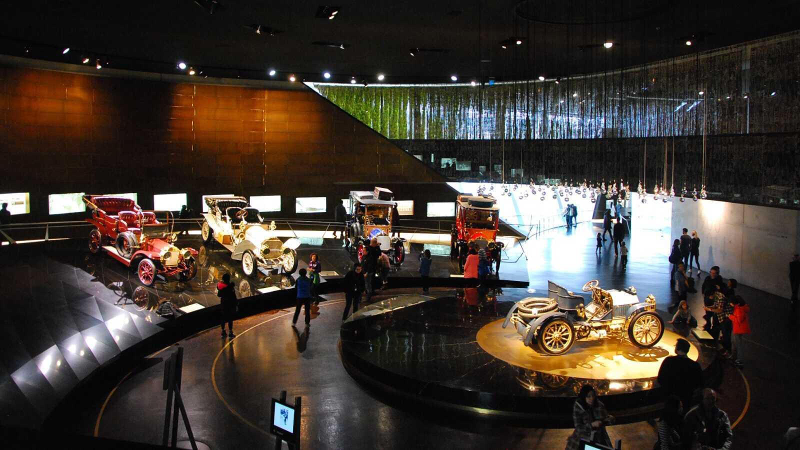 Pohled na nejstarší vozy mrcedes-benz v budově muzea