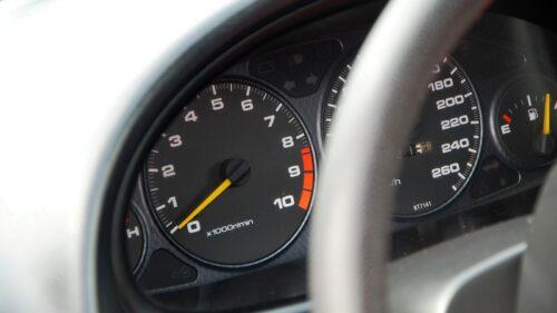 Honda Intergra Type-R a detail na její oráčkoměr