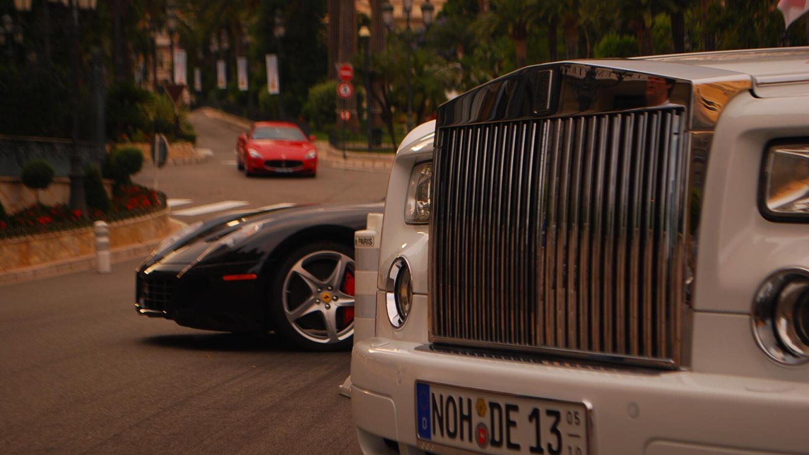 luxusní vozy pře kasinem v Monaku