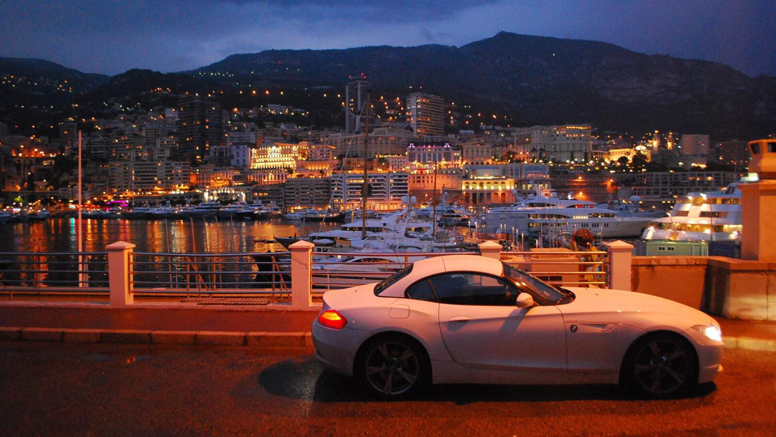 BMW Z4 v nočním Monaku