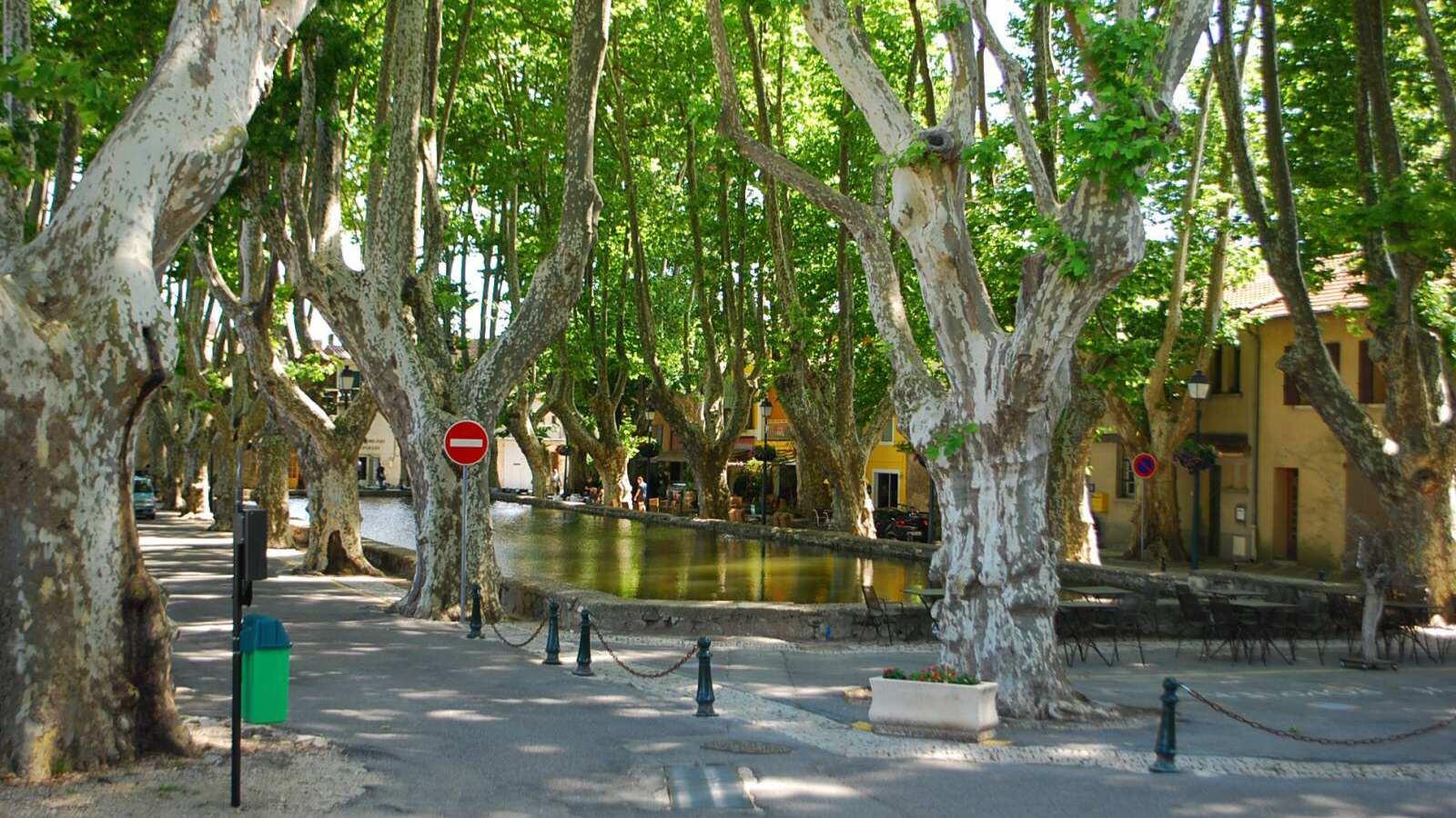Bazén ve městě Cucuron