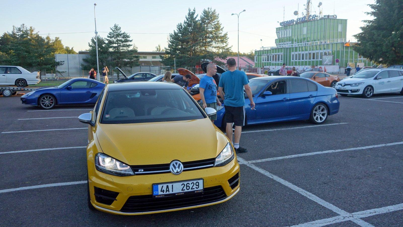 Volkswagen golf R ve žluté barvě na parkovišti