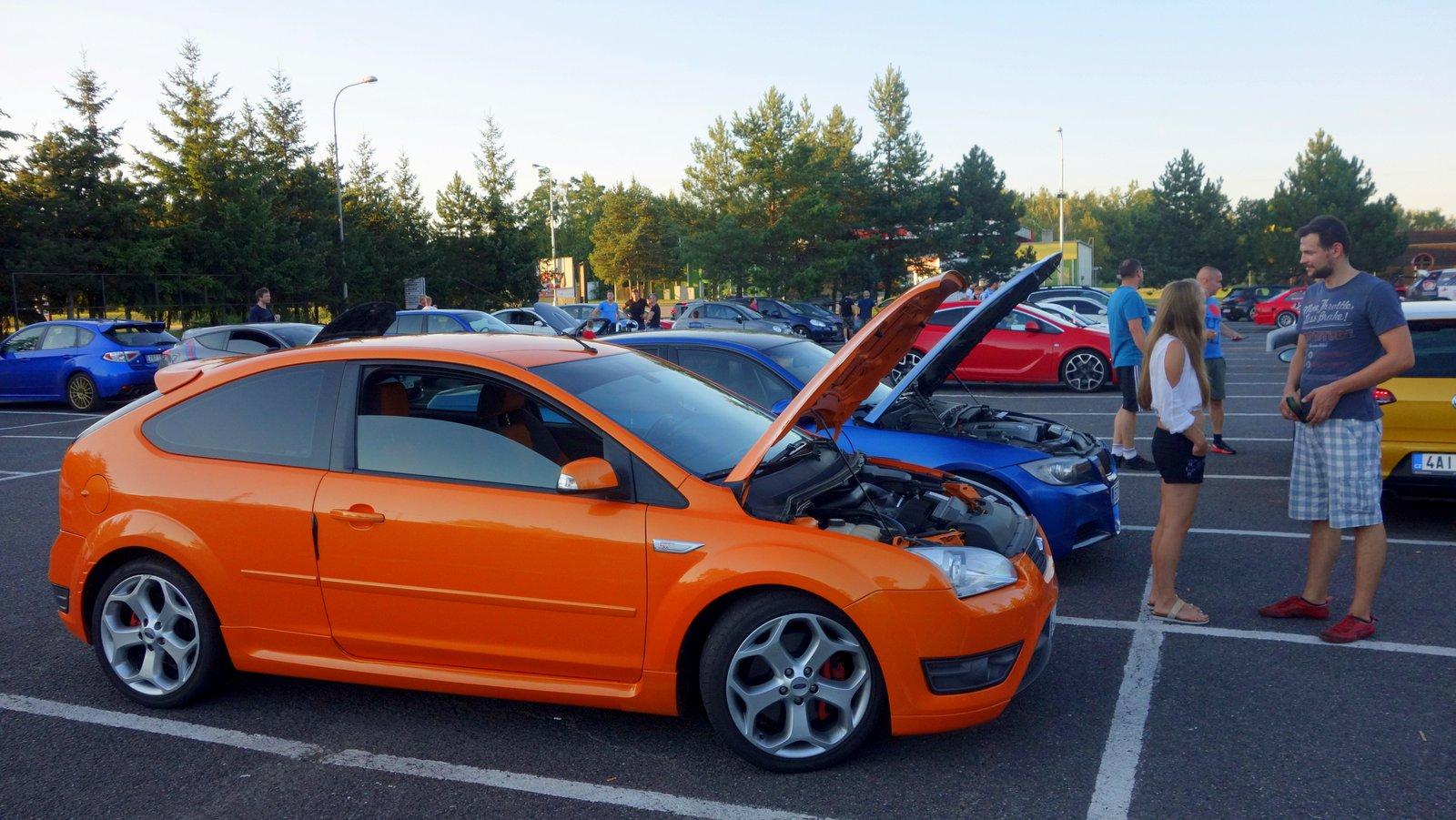 oranžový ford focust ST na parkovišti u okruhu