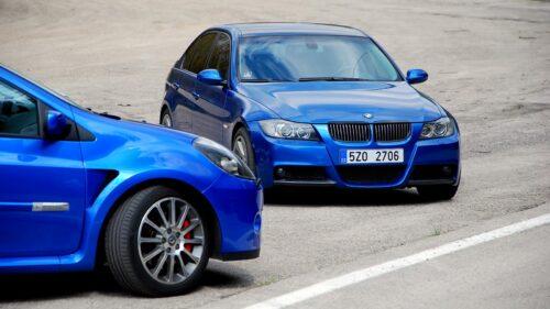 BMW 330i a Clio RS