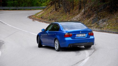BMW 330i ve smyku